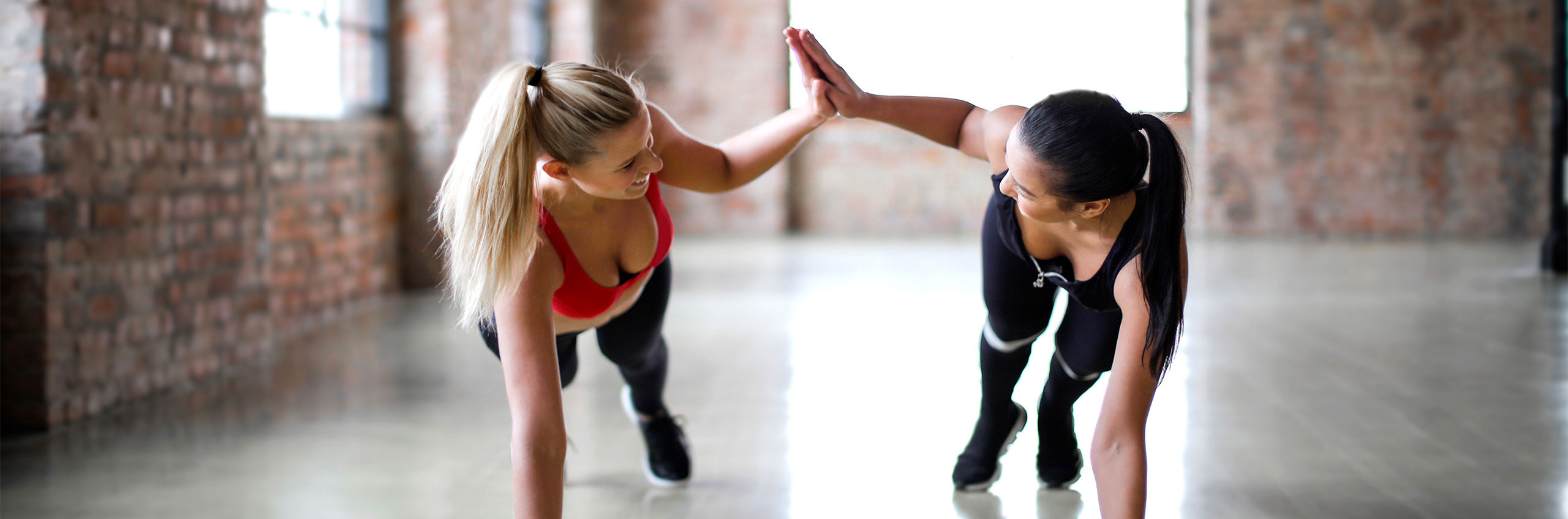дамско спортно облекло върху спортуващи в зала момичета